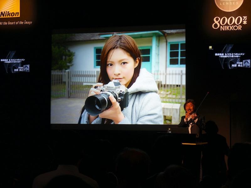 ステージで解説する阿部秀之氏。Dfにあわせ、オールドニッコールレンズを購入したことを明らかにした