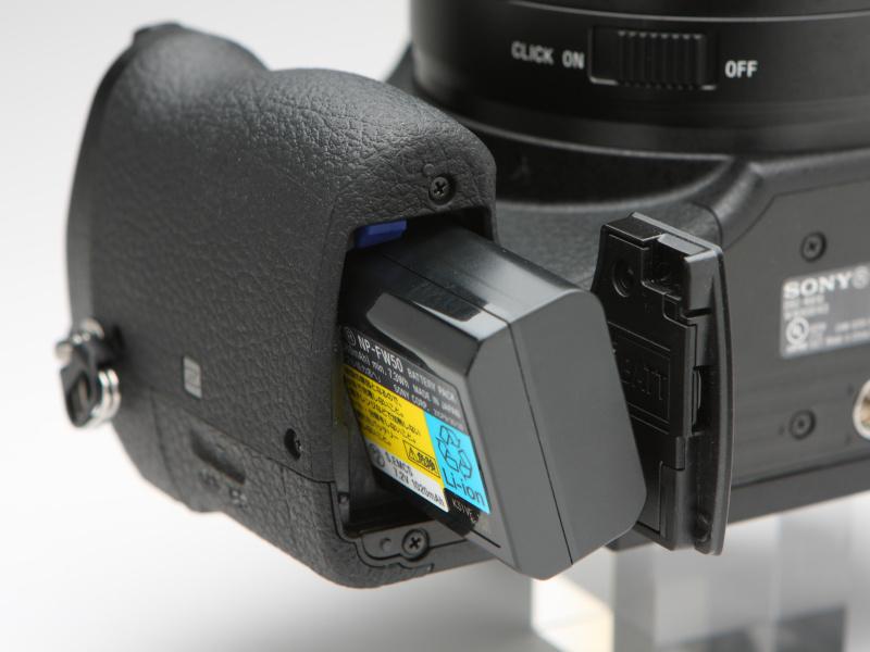 バッテリーはNP-FW50を採用。フル充電からの撮影可能枚数は、液晶モニター使用時で約420枚、EVF使用時で約340枚。