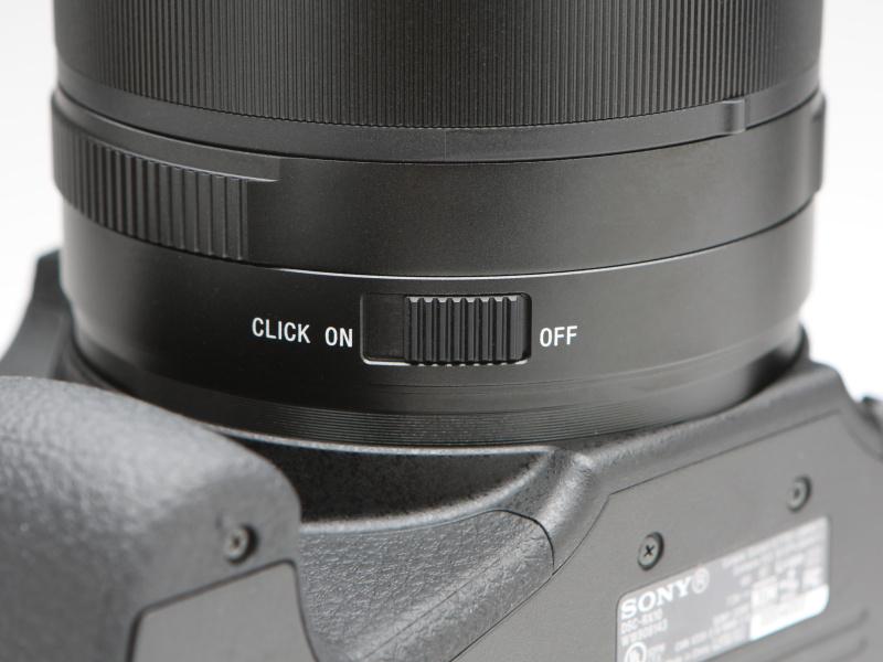 絞りリングのクリックのON/OFFスイッチが備わる。静止画撮影時にはクリックがあったほうが使いやすく感じることだろう。