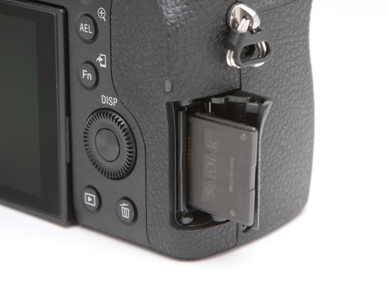 メモリーカードスロットはボディ側面に設けられる。三脚にカメラをセットした際でも、速やかにカードの交換ができる。