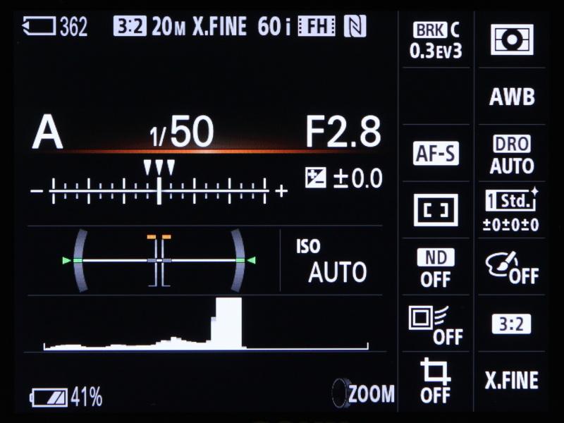 EVF使用時に向けた撮影情報表示。ここから各機能の設定変更も可能だ。