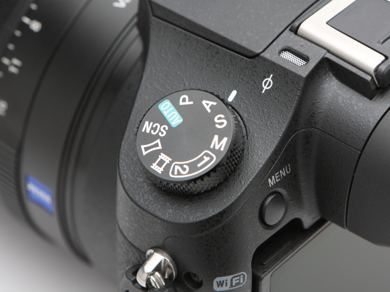 撮影モードダイヤルは、背面左手側に設置。