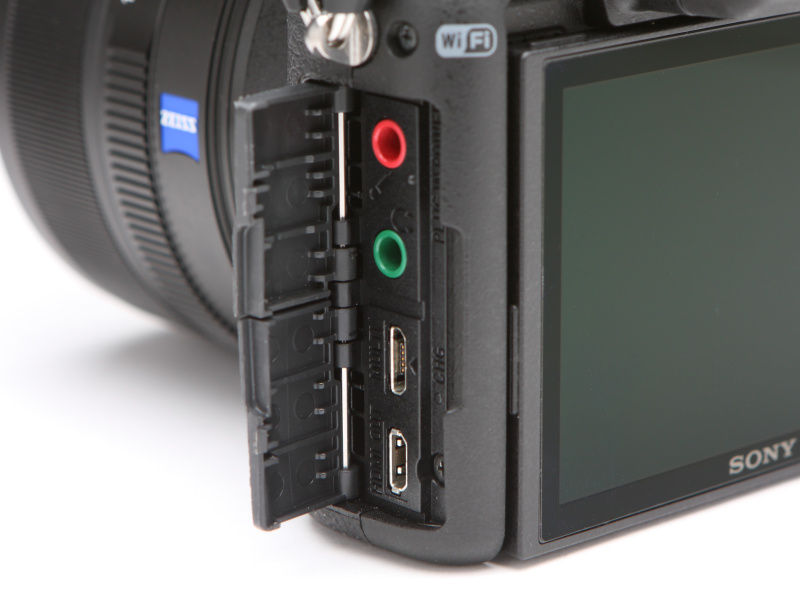 ボディ側面のインターフェースは、上からマイク端子、ヘッドホン端子、USBマイクロ端子、HDMIマイクロ端子。