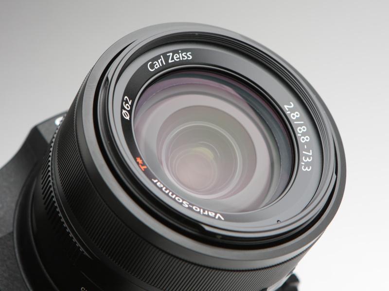 レンズは、カールツァイス・バリオゾナーT* 8.8-73.3mm F2.8を搭載。レンズ構成は、非球面レンズ7枚、EDガラス1枚を含む11群14枚。
