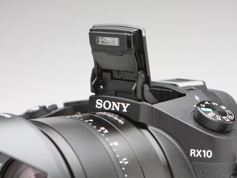 独特の動きでポップアップするストロボを搭載。ガイドナンバーは公表されていないが、記念写真レベルであれば十分。