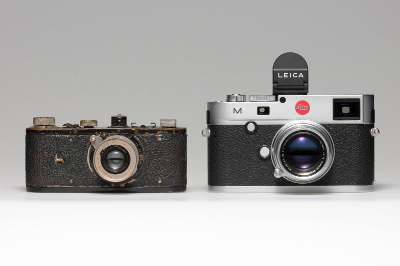 (左)「ライカ0(試作機)」1923(大正12)年、(右)「ライカM(Typ240)」2013(平成25)年