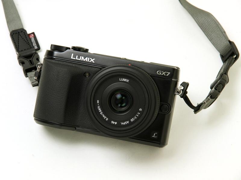 ブラックを購入。レンズは2009年に登場した旧デザインの「LUMIX G 20mm F1.7 ASPH.」。GX7のキットレンズは光学系が同じで外観が変わったII型