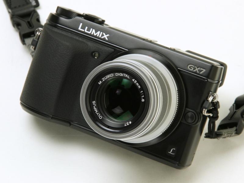 レンズラインナップも増え、現行レンズをあれこれ組み合わせるだけでも楽しい。冒頭の20mmと、この45mmのコンビが最小撮影セット。