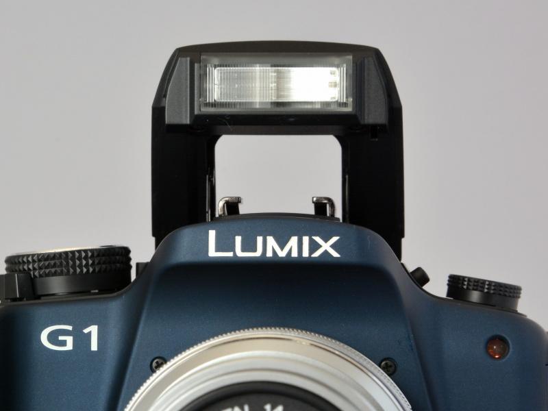 ポップアップ式の内蔵フラッシュを搭載。ガイドナンバーは11相当(ISO100・m)。フラッシュ同調速度は1/160秒以下。