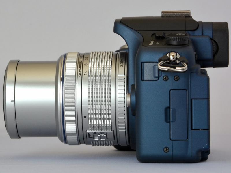 現行製品でもあるオリンパスの標準ズーム「M.ZUIKO DIGITAL 14-42mm F3.5-5.6 II R」。鏡筒は、ズームリングの「UNLOCK」ボタンをスライドさせて収納する。左が広角端、右が望遠端