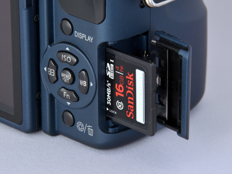記録媒体は、SDHCメモリーカードとSDメモリーカード。あと、最近は使う人は少ないと思うが、MMCにも対応。使用電バッテリーは「DMW-BLB13」。撮影可能枚数はCIPA準拠で約330枚(EVF撮影時は約350枚)。