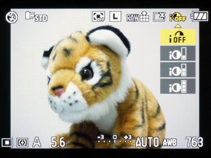 一部の設定メニューが簡単に呼び出せる「クイックメニュー」の機能も当然搭載している。Q.MENUボタンは、FILM MODEボタンと並べて配置されている。
