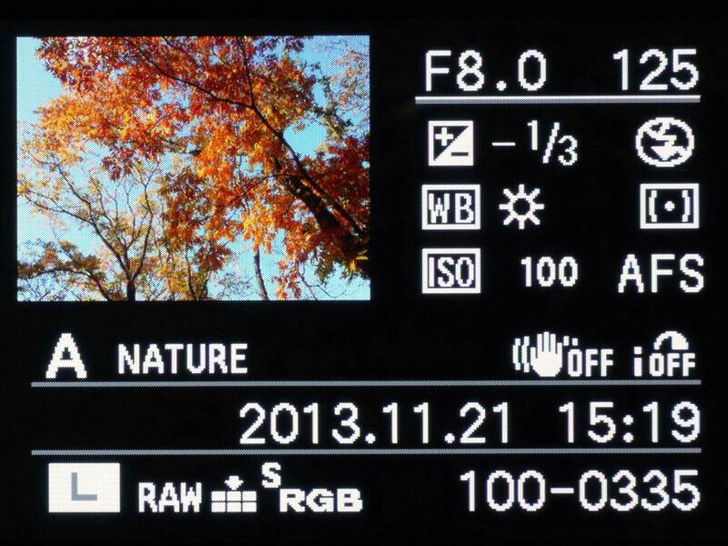 画像再生時の画面は、DISPLAYボタンを押すごとに、表示→詳細情報表示→ヒストグラム→ハイライト表示(セットアップメニューで「ハイライト表示」をONに設定している場合)→表示なし、と切り換わる。