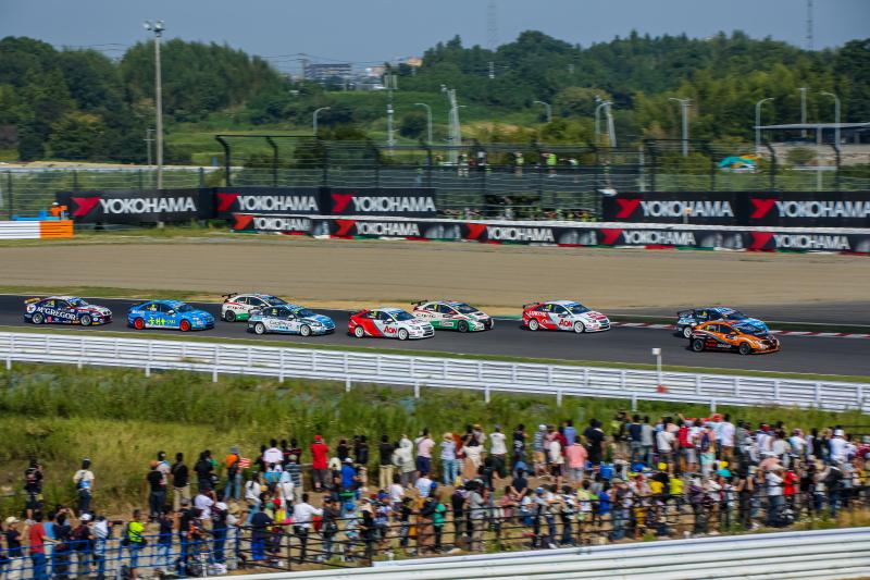 「Rolling Start with YOKOHAMA&Audience」。沢山の車と観客と看板。キヤノンEOS 5D Mark III / APO 50-500mm F4.5-6.3 DG OS HSM / 1/200秒 / F11 / ISO100
