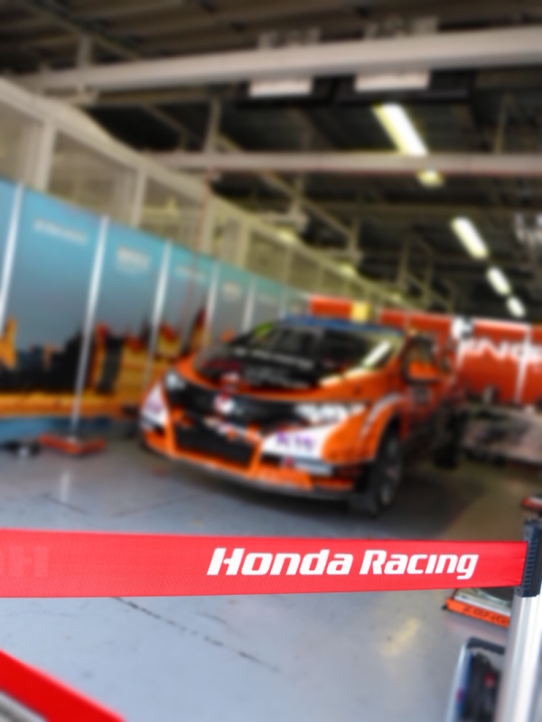 「Honda Racing」。コンデジのジオラマ効果を使って、Honda Racingの文字を際立たせて見ました。キヤノンPowerShot G1 X / 1/60秒 / F2.8 / ISO320