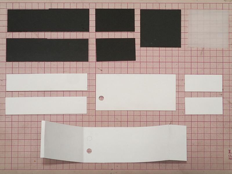 図面をもとに材料を切り出した。素材となったのはイラストボード(黒と白)、ケント紙、乳白色アクリル板である。