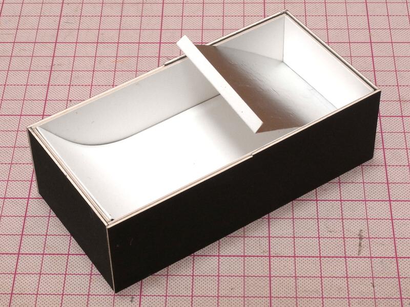 ボディ内に、Z光路の反射板を仕込む。ちなみにアルミホイルの面を表にすると、反射効率は良くなるが拡散効果がなくなり照明ムラが起きてしまう。そのように試行錯誤しながら作るのも切り貼り工作(ブリコラージュ)の醍醐味だ。