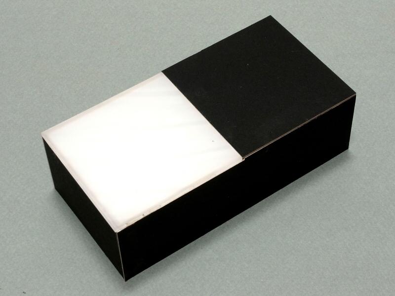 ボディ上面パーツと、透過光スクリーンを接着すると「透過光マクロ撮影ユニット」が完成する。正方形と基調とした端正なデザインを心がけてみた(笑)。