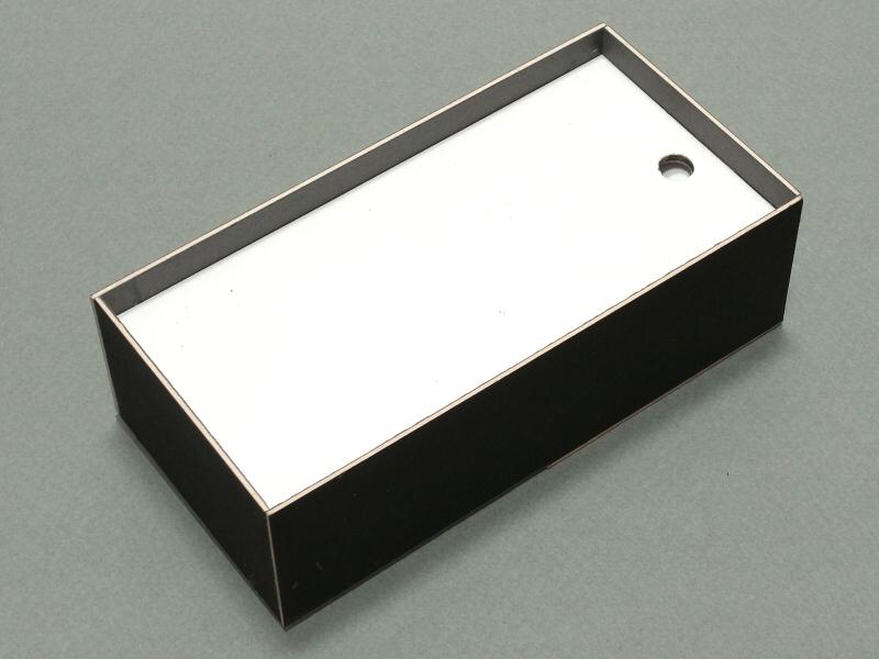 「透過光マクロ撮影ユニット」の裏面にはiPhone 5をセットするスペースと、LEDライト用の穴がある。