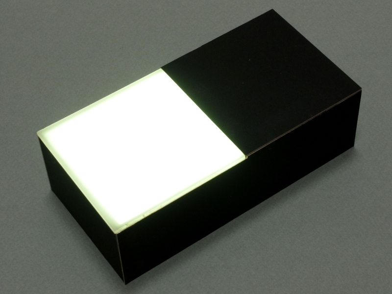 「透過光マクロ撮影ユニット」を発光させたところ。内蔵された拡散版のおかげで、スクリーン全体がほぼ均質に発光している。iPhoneを利用してるの「iLightbox」とでも名付けたくなる(笑)。