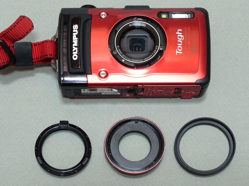 TG-2にもちょっと工夫が必要なのだが、レンズ周囲に装着されているリングを外し(左)、純正のアダプターリング(中)と40.5→43mmのステップアップリング(右)を装着する。
