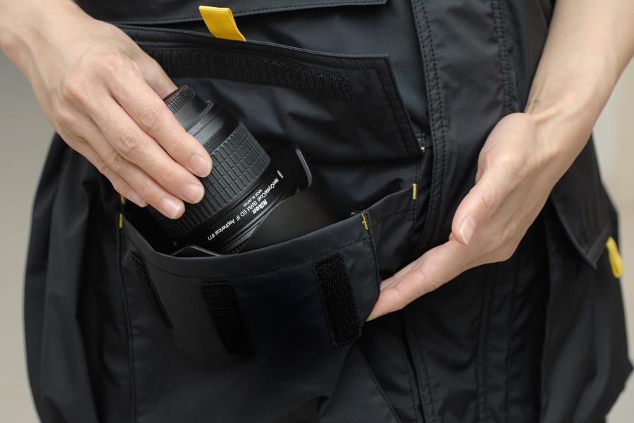 メインポケット。24-70mm F2.8クラスのレンズが入る。(写真はイエロー、以下同)