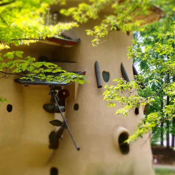 壁面のオブジェを主役に、周りの緑をぼかしつつ鮮やかになるようにジオラマフィルターを使いました