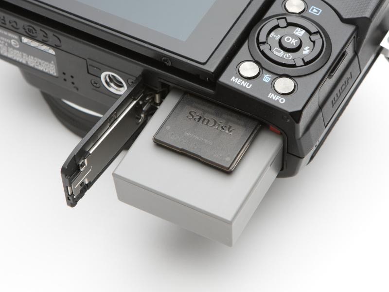 バッテリーはリチウムイオン充電池「BLS-5」を採用。メモリーカードはSDXC/SDHC/SDカード(UHS-I対応)のほか、Eye-Fiカードの使用が可能。