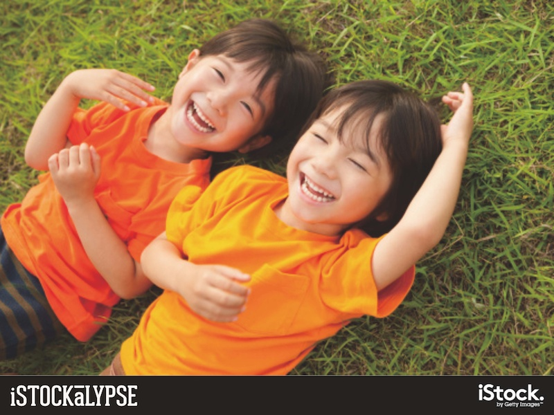 例)子どもたち:特に屋外で楽しそうに遊ぶ絵柄に人気がある
