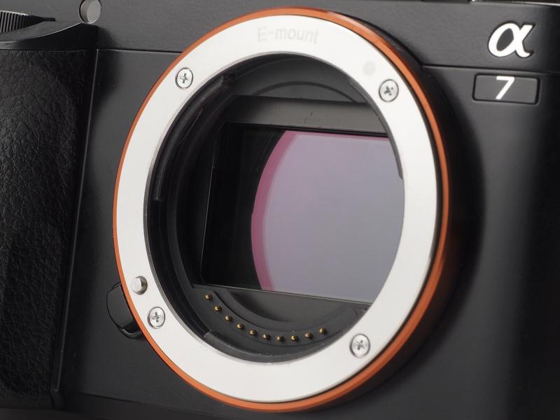 撮像素子は有効約2,430万画素「Exmor」CMOSセンサー。α7Rと異なりローパスフィルターを採用したスタンダードな仕様だ。
