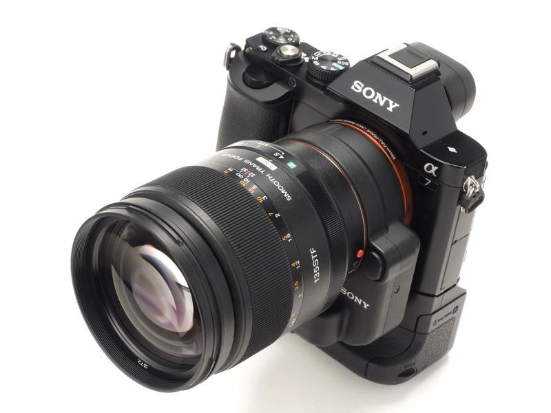 α7にLA-EA4を介して135mm F2.8 [T4.5] STFを装着したイメージ。レンズが大柄なので、縦位置グリップ「VG-C1EM」を装着するとバランスが向上する。