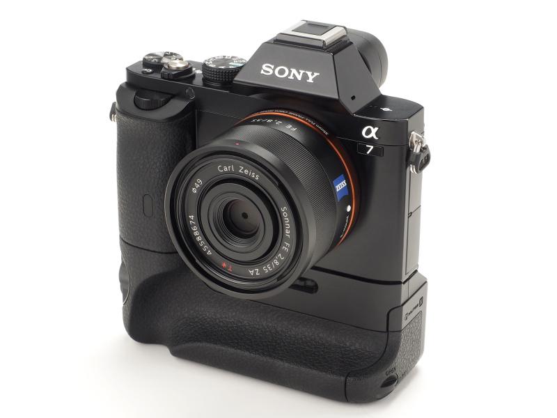 縦位置グリップはホールディング性に優れ、バッテリー2個連続使用による長時間撮影も可能になる。