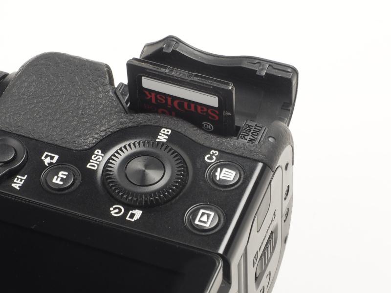 以下のポイントもα7Rと共通。記録メディア室はカメラ側面に独立している。SDXC/SDHC/SDメモリーカード、メモリースティックPROデュオ/同PRO-HGデュオ/同XC-HGデュオを使用可能。