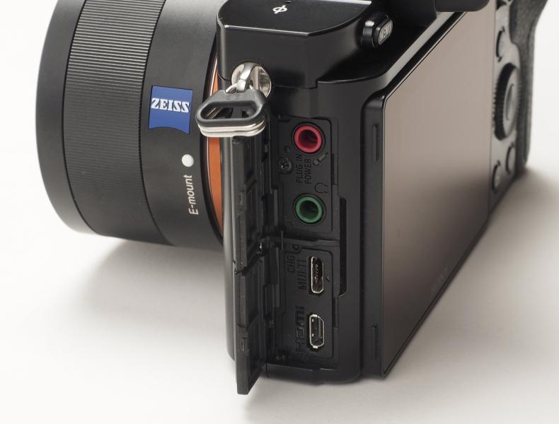 インターフェースはマイク端子、ヘッドホン端子、マイクロUSB端子、HDMIマイクロ端子が装備される。
