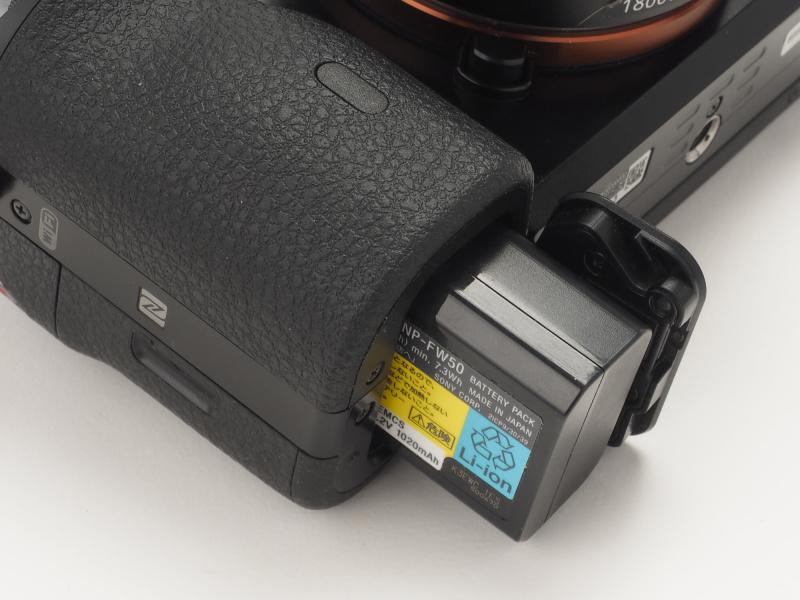 バッテリー室はカメラ底面にある。バッテリーは「NP-FW50」が1個付属。本体内充電用のACアダプターとマイクロUSBケーブルが付属しており、バッテリーチャージャーは別売。