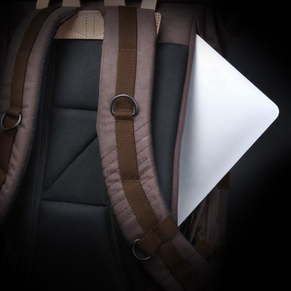 背面にタブレット端末が収納できるスペースを備える