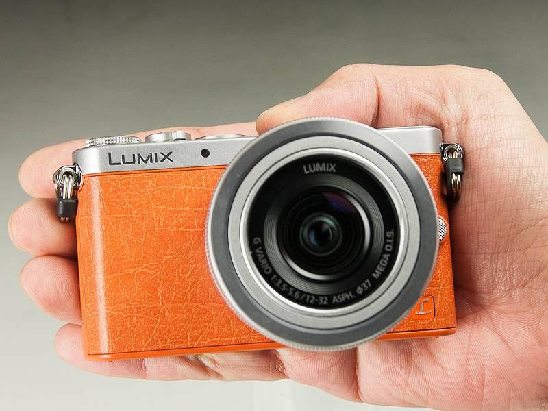 LUMIX DMC-GM1。手のひらにすっぽり収まるサイズ。