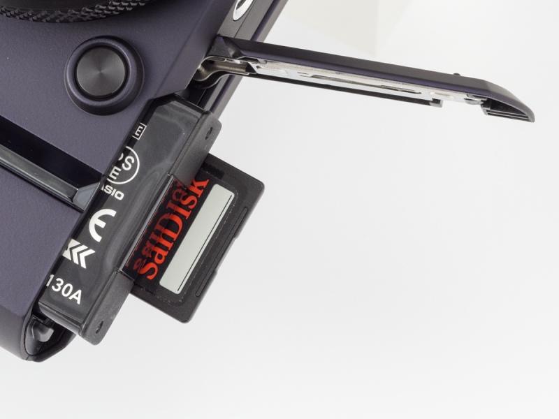 記録メディアはSDXC/SDHC/SDメモリーカード。UHS-Iに対応している。電源のリチウムイオン充電池はCIPA基準で約455枚撮れる。