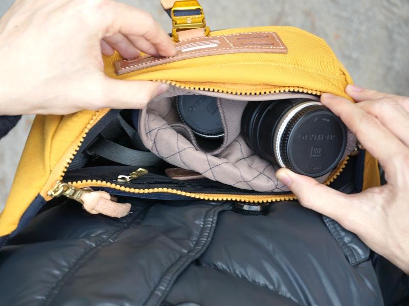 ポーチを手持ちのボディバッグに入れてみたところ、スリングタイプのカメラバッグのような使い勝手になった。