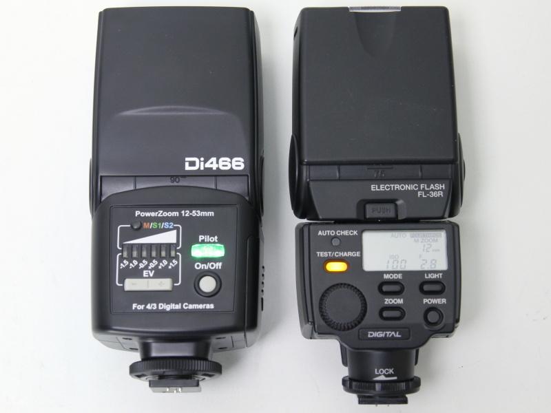 左がDi466、右がオリンパスFL-36R。Di466のシンプルな操作部が特徴的