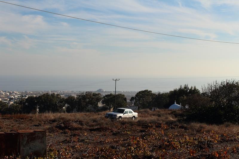 海外に撮影に行くと、観光地から遠い場所に向う。大きな野原にぽつんと置かれた車。ちょうどスポットライトのように日が当たっていた。