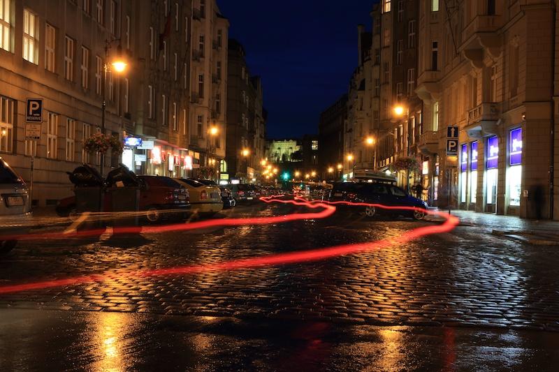 石畳なのでガタガタするため、車のライトの軌跡もフニャフニャと歪んでいるのがおもしろい。チェコならではの夜景。