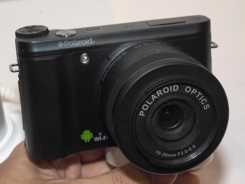 ポラロイドのミラーレスカメラ。こちらはAndroid OSとWi-Fi対応のマークがある