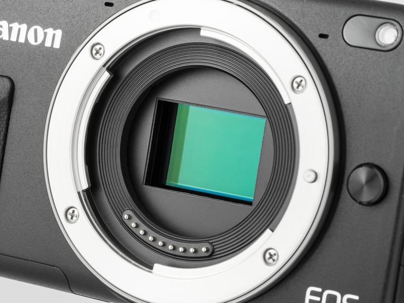 有効1,800万画素のCMOSセンサー。横80%×縦80%の範囲で位相差検出AFが可能になっている。