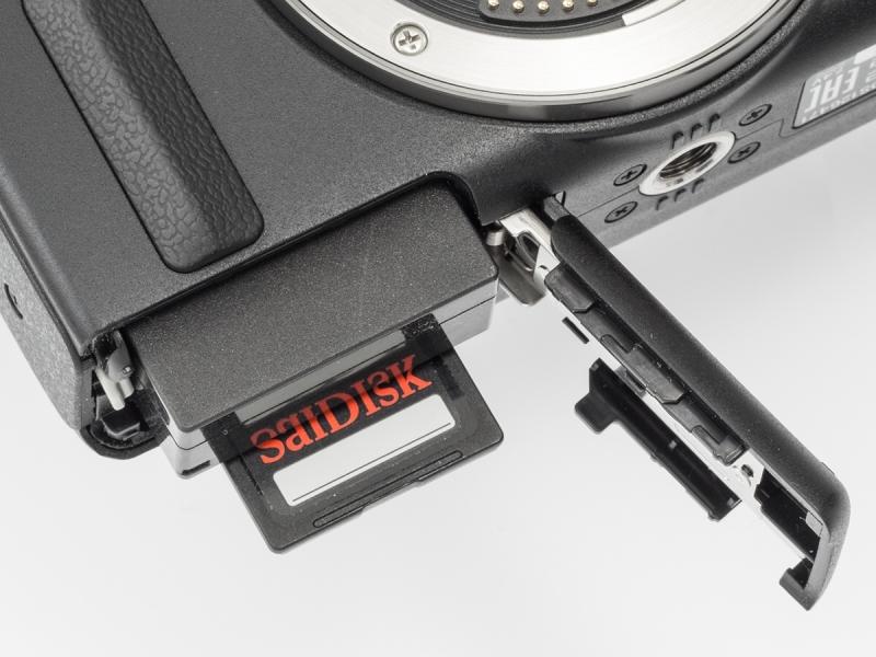記録メディアはSD/SDHC/SDXCメモリーカード。電源のバッテリーパックLP-E12は容量があまり大きくないので、予備は必ず用意したい。