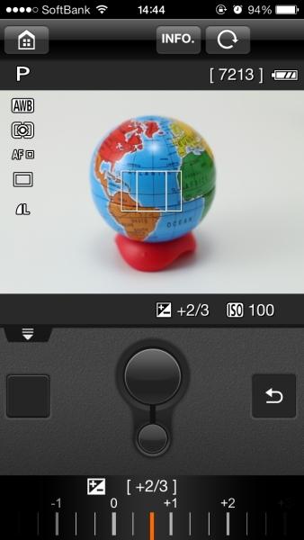「リモート撮影」の画面。モードの変更などができないのは不便だが、感度の変更や露出補正は可能だ。下部の大きな丸がシャッターボタンで、小さいのがAF作動ボタン。