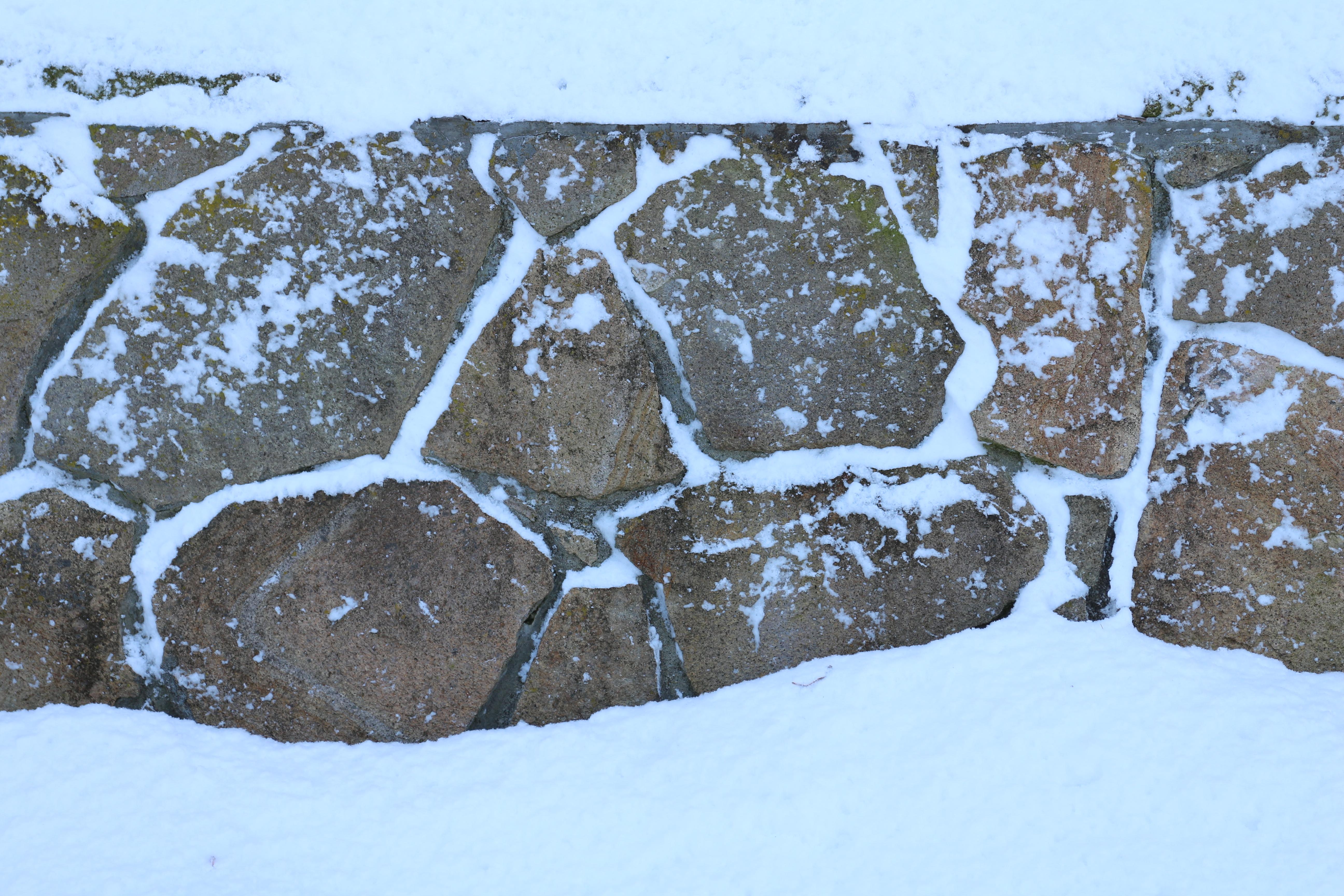 今年は雪が遅くて助かっていたが、その分、降りはじめたら急に深くなった。EF-M 18-55mm F3.5-5.6 IS STM / 1/125秒 / F6.3 / +0.7EV / ISO100 / 絞り優先AE / WB:オート / 48mm