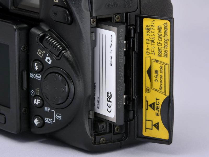 コンパクトデジカメでありながら記録媒体がCFという点で、このカメラの古さを実感する。しかも、カードの裏面をこちら(背面側)に向けて挿入するあたりにも、微妙な古さが感じられるねー。