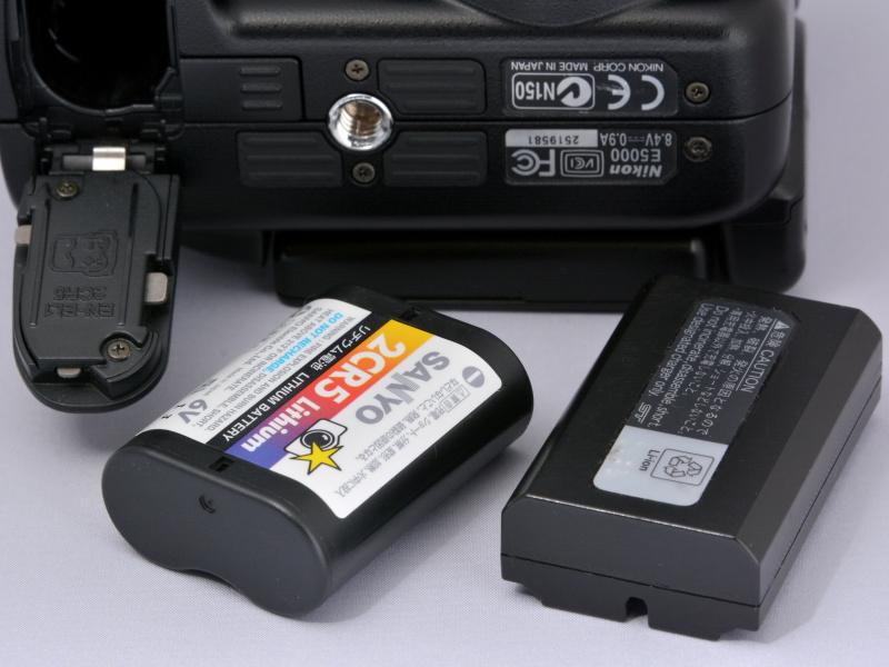 使用電源は、付属の充電式リチウムイオン電池「EN-EL1」。もしくは、市販の6Vリチウム電池「2CR5」。EN-EL1と2CR5って、形状も大きさ(長さ)も違うのにスゴイなぁ〜。ボディ下部には専用の「バッテリーパックMB-E5000」も装着できる(単3形電池を6本使用)。なお、今回のCOOLPIX 5000に付属していた「EN-EL1」は劣化が進んでいて(まあ、古いカメラだから仕方ない)、フル充電しても100カット前後しか撮影できなかった。……でも、2CR5も持参していたので、さらに200カットくらいは撮影できた。いや〜、有難かったね〜。ちなみにこの2CR5、使用推奨期限が約4年半前に切れてたよ(笑)。