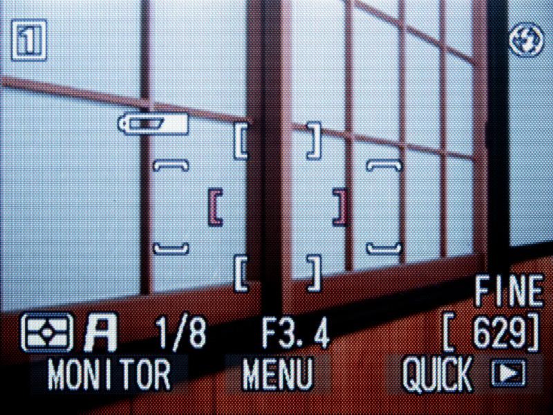 液晶モニターの表示は、液晶モニター枠のMONITOR(モニタ)ボタンで切り換える。ボタン押すたびに、標準→表示なし→LCD撮影情報画面→消灯……と、切り換わる。QUICK(クイックレビュー)ボタンを押すと、最後に撮影した画像と表示画像番号が液晶モニターの左上に小さく表示される(もう一度押すと、全画面表示になる)。